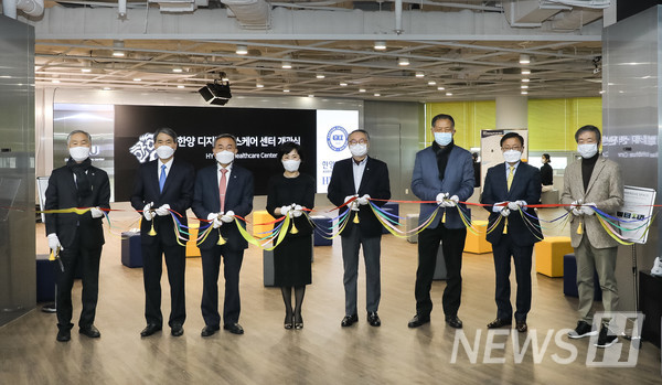 在28日首尔城东区首尔校园举行的汉阳数码健身中心开馆仪式上,相关人士正在举行剪彩仪式。